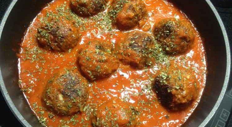 Gahaktballetjes in tomatensau